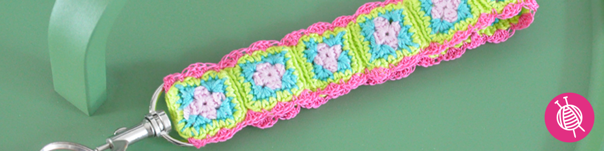 Crochet a key chain of granny squares