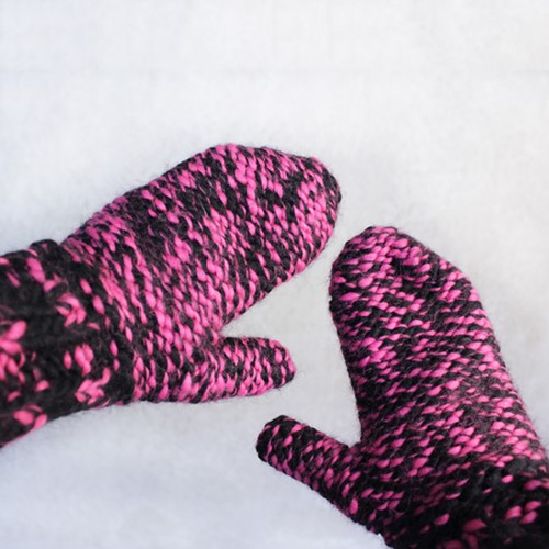 Pattern knitted mittens